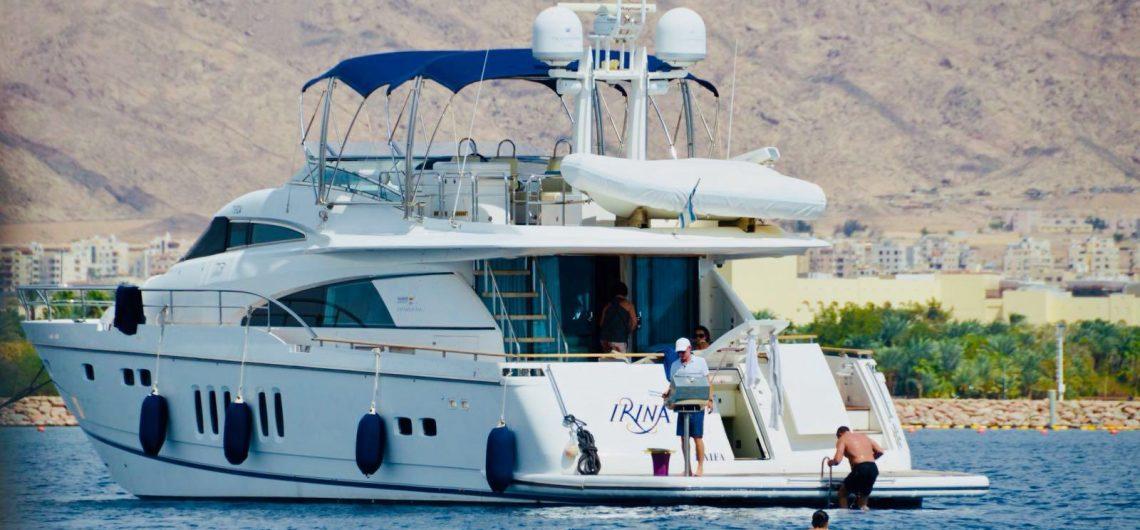 סירה המספקת הפלגות ושייט אילת